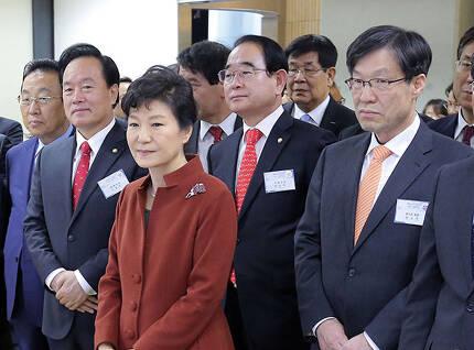 ⓒ연합뉴스 2014년 12월17일 박근혜 대통령이 권오준 포스코 회장(맨 오른쪽)과 함께 행사장을 둘러보고 있다.