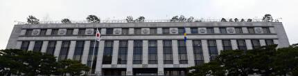 서울 종로구 재동 헌법재판소 건물에 9명의 헌법재판관을 상징하는 9개의 무궁화가 새겨져 있다. 경향신문 자료사진
