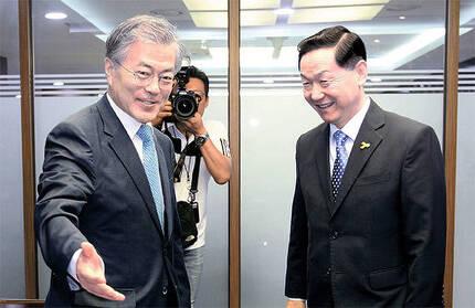 2015년 6월 당 대표이던 문재인 대통령이 최고위회의에서 김상곤 당시 혁신위원장에게 자리를 안내하고 있다. 혁신위는 문 대통령의 핵심 개혁기구였다. [중앙포토]