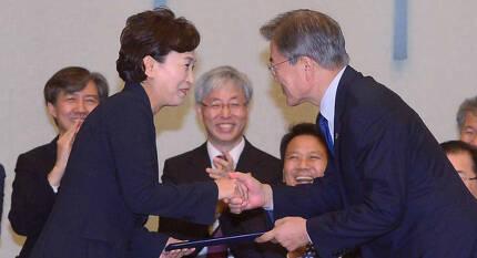 문재인 대통령이 21일 오후 청와대 충무실에서 김현미 국토교통부 장관에게 임명장을 수여하고 있다. [청와대사진기자단]