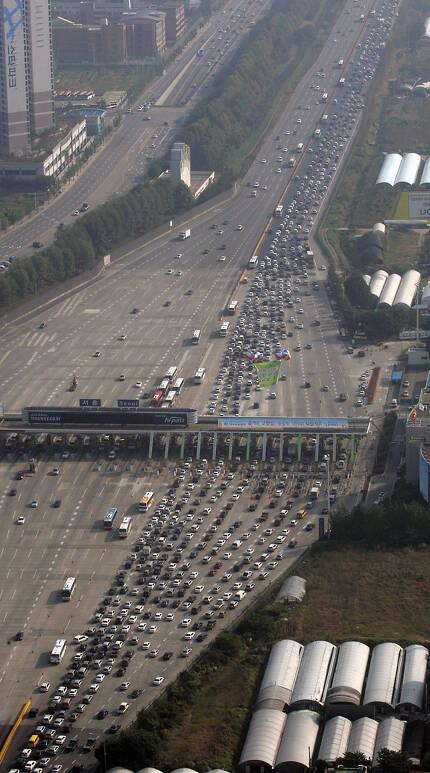 추석 귀성행렬로 붐비는 서울 톨게이트 부근 고속도로. [연합뉴스]