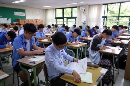 2018학년도 수능 6월 모의평가가 열린 1일 오전 서울 종로구 경복고등학교에서 학생들이 시험을 준비하고 있다. [연합뉴스]