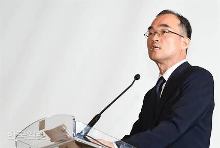 문무일 검찰총장이 25일 오후 서울 서초동 대검찰청에서 열린 취임식에서 직원들에게 말하고 있다. 배우한 기자