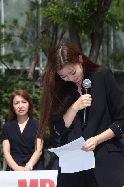 ▲ 최근 MBC를 떠난 김소영 아나운서의 동기 이재은 아나운서가 22일 서울 상암동 MBC 앞에서 열린 기자회견에서 방송출연거부 이유를 알리는 도중 울먹이고 있다. 사진=이치열 기자