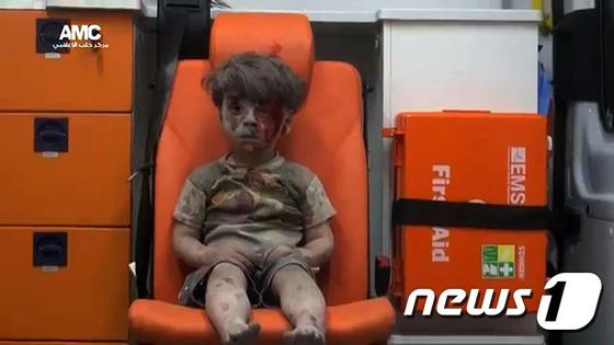 연일 폭격이 벌어지는 알레포 마을의 잔해 속에서 구조된 다섯살배기 남자아이 옴란 다크니시. © AFP=뉴스1
