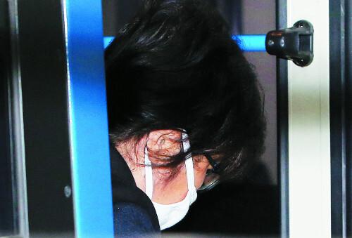 직권남용 등의 혐의로 지난 3일 구속된 최순실씨가 7일 검찰 조사를 받기 위해 서울 서초구 서울중앙지검에 들어서고 있다. 뉴시스