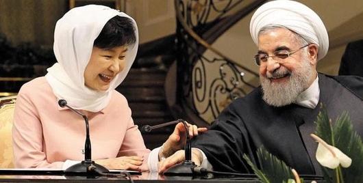 이란을 국빈 방문한 박근혜 대통령(왼쪽)이 지난 5월 2일 테헤란 사드아바드 좀후리궁에서 하산 로하니 이란 대통령과 공동 기자회견을 하고 있다./연합뉴스