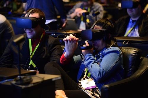 인텔이 4일 개최한 콘퍼런스에 참석한 사람들이 VR 기기를 보고 있다. [출처=인텔 홈페이지]
