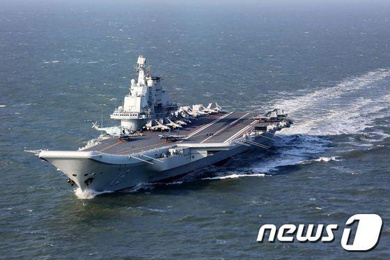 중국 해군 항공모함 '랴오닝'호(자료사진) © AFP=뉴스1