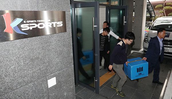 ⓒ연합뉴스 지난해 10월26일, 뒤늦게 미르재단과 K스포츠재단의 설립 및 자금 유용 의혹 수사를 시작한 검찰이 K스포츠재단 사무실을 압수수색하고 있다.