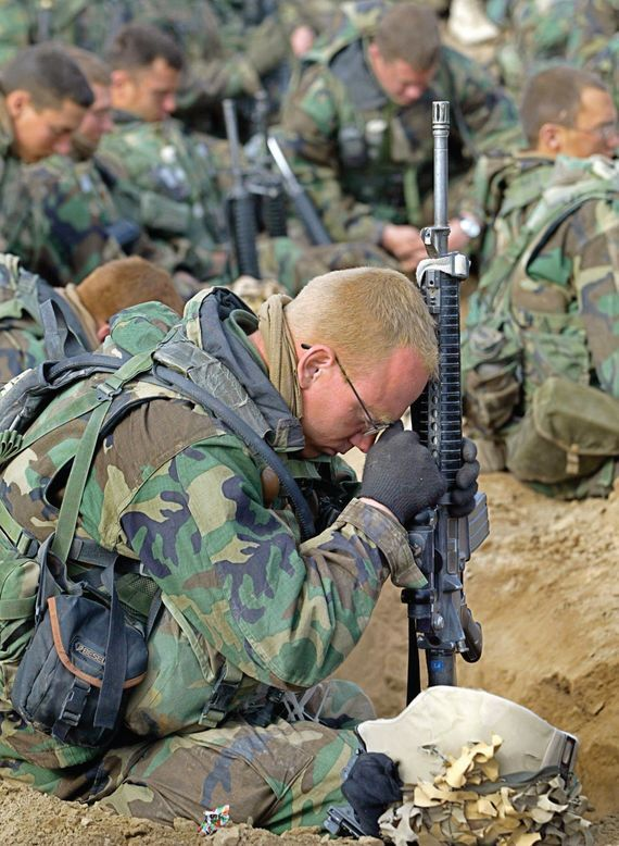 전쟁을 수행하던 미 해병대가 잠시 휴식을 취하고 있다. 한 병사가 개인화기(個人火器)를 한 손에 쥔 채 기도하듯 머리를 숙이고 있다. [중앙포토]
