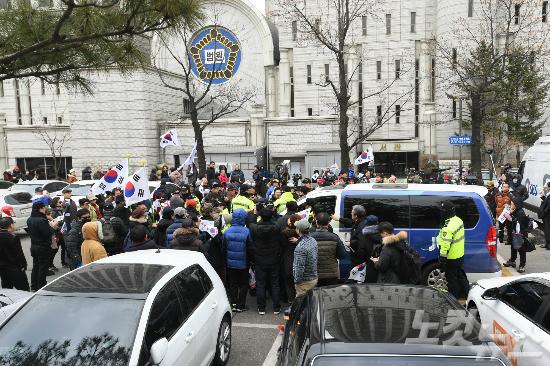 뇌물공여 등의 혐의를 받고 있는 이재용 삼성전자 부회장이 두 번째 영장실질심사에 출석한 16일 오전 서울중앙지법에서 탄핵을 반대하는 보수단체 회원들이 JTBC 취재차량 진입을 막고 있다. (사진=이한형 기자)