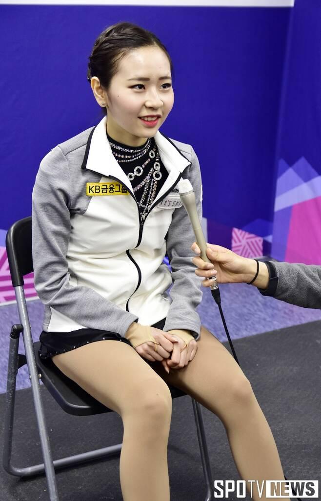 ▲ 부축을 받은 뒤 공동취재구역에서 의자에 앉아서 인터뷰를 하고 있는 김나현 ⓒ 강릉, 스포티비뉴스