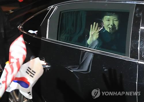 박근혜 전 대통령이 2017년 3월 12일 오후 청와대를 떠나 서울 강남구 삼성동 사저에 도착하고 있다. [연합뉴스 자료사진]