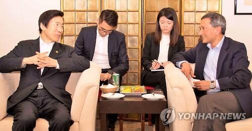 지난 14일(현지시간) 싱가포르를 방문한 윤병세 외교부 장관(왼쪽)의 모습.   오른쪽은 비비안 발라크리쉬난 싱가포르 외교장관 [외교부 제공=연합뉴스 자료사진]