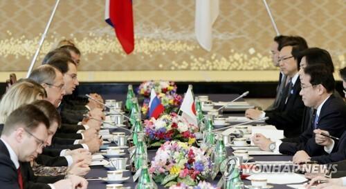 (도쿄 교도=연합뉴스) 일본과 러시아가 20일 오후 도쿄에서 외무·방위 담당 장관 협의(2+2)를 하고 북한의 핵·미사일 문제와 양국 간 안보협력 방안을 논의하고 있다. 2017.3.20     choinal@yna.co.kr