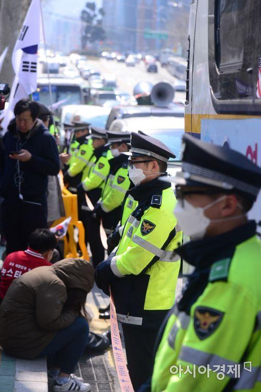 박근혜 전 대통령이 소환된 21일 오전 서울 서초동 서울중앙지검 청사 주변에 배치된 경찰 병력