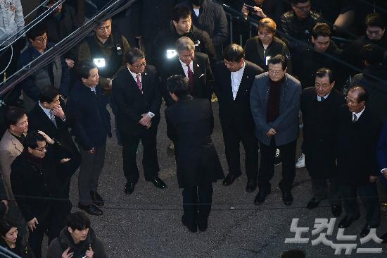 지난 12일 서울 삼성동 박 전 대통령의 사저 앞에서 모인 친박 의원들. (사진=사진공동취재단)