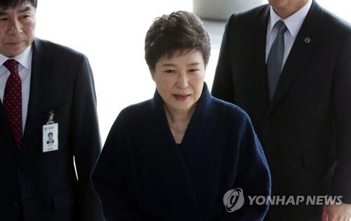 (서울 사진공동취재단=연합뉴스) 박근혜 전 대통령이 21일 오전 조사를 받기위해 서울중앙지검 청사에 도착, 포토라인에서 발언하고 있다.
