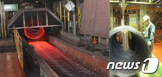 포항제철소 신재강공장에서 신제품인 5mm규격의 선재제품이 생산되고 있는 모습과 생산된 제품을 살펴보는 직원./사진제공=포스코포항제철소© News1