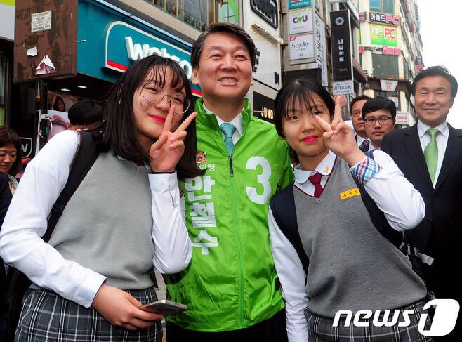 안철수 국민의당 대선후보가 21일 오후 울산 남구 롯데호텔 앞 유세에 앞서 학생들과 사진을 촬영하고 있다. 2017.4.21/뉴스1 © News1 송원영 기자
