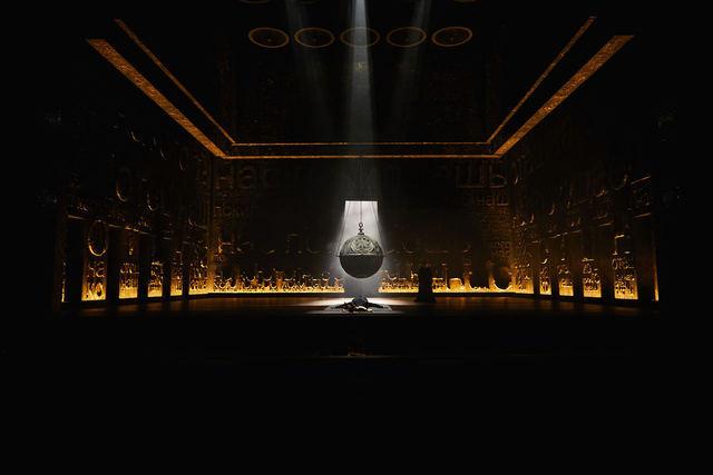 지름 2m의 대형 향로가 연기를 뿜는 압도적 무대의 오페라 <보리스 고두노프>. 국립오페라단 제공