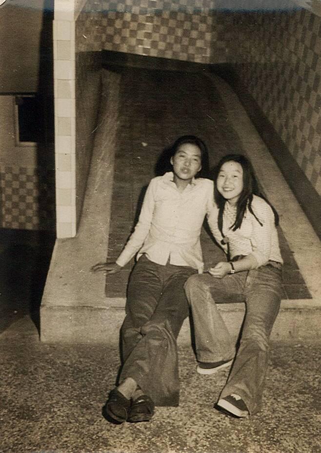 심상정 정의당 후보(오른쪽)가 고교 시절 경주로 수학여행 갔을 때 친구와 찍은 사진이다. 나팔바지 차림이 눈길을 끈다. 심상정 후보 선대위 제공