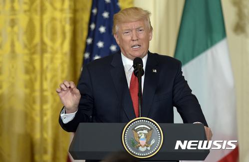 '【워싱턴 = AP/뉴시스】 = 도널드 트럼프 미국대통령이 20일(현지시간) 파올로 젠틸로니 이탈리아총리와의 회담후 가진 기자회견에서 발언하고 있다. 트럼프는 모든 국제조약들을 미국에 이롭게 바꾸거나 탈퇴하겠다는 대선공약을 하나도 지키지 못한 채