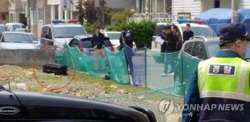 (대전=연합뉴스) 21일 대전 중구 한 공터에 버려진 여행용 가방 안에 여성 시신이 발견돼 경찰이 수사에 나섰다. 사진은 신고 당시 가방이 놓인 모습.  [독자제공=연합뉴스]     youngs@yna.co.kr