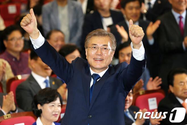 문재인 더불어민주당 대선 후보가 9일 서울 여의도 국회 의원회관에서 19대 대통령 선거 출구조사 방송을 보며 당원들의 환호에 두 팔 벌려 화답하고 있다. 2017.5.9/뉴스1 © News1 박지혜 기자