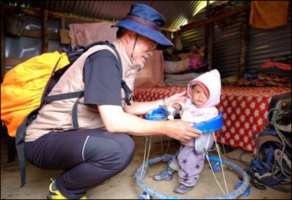 """지난해 6월 네팔에서 문재인 대통령은 트레킹 도중 지진 발생 당일 태어난 네팔 아이를 보고 """"100살까지 살아라.""""라고 말했다. 위드비비안 트위터 캡처"""