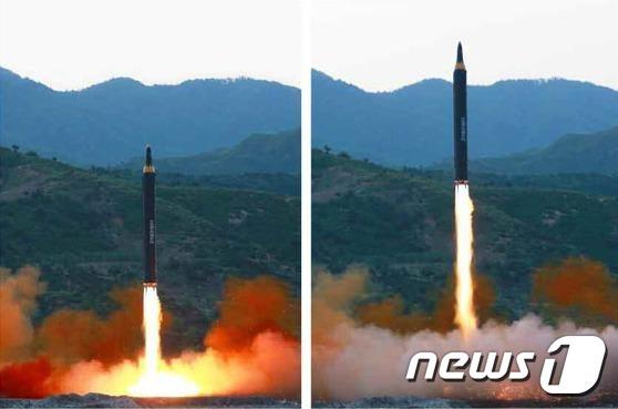 북한이 지난 14일 지대지 중장거리 미사일(IRBM)인 '화성-12형'의 시험발사에 성공했다. 15일 노동신문이 발사 장면을 보도했다. 북한이 화성-12형이라는 미사일명을 공개한 것은 이번이 처음이다.(노동신문) 2017.5.15/뉴스1