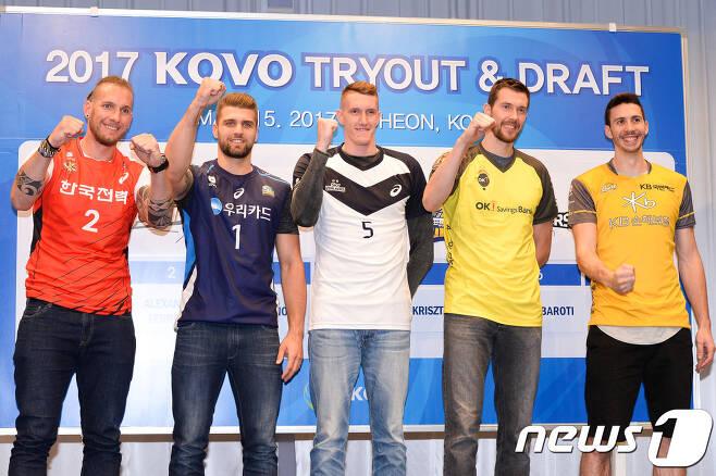2017 트라이아웃을 통해 선발된 남자부 외국인 선수들이 파이팅을 외치고 있다. (한국배구연맹 제공) © News1