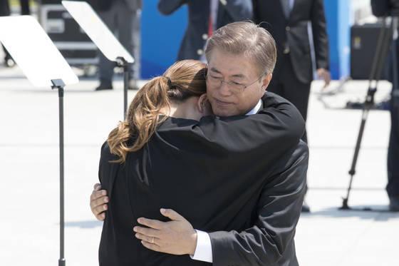 문재인 대통령이 18일 오전 국립 518 민주묘지에서 열린 '제37주년 5·18 민주화운동 기념식'에서 5·18 유가족인 김소형씨를 위로하고 있다. 사진공동취재단