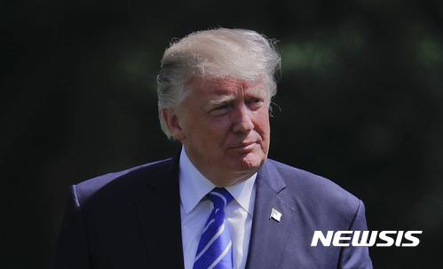 【워싱턴=AP/뉴시스】도널드 트럼프 미국 대통령이 17일(현지시간) 앤드류 공군기지에서 대통령 전용 헬리콥터 마리원에서 내려 백악관의 남쪽 잔디밭을 걸어가고 있다. 그는 이날 러시아 내통 의혹 수사를 위한 특별수사부가 꾸려졌어도 증거를 찾지 못할 것이라는 자신감을 드러냈다.  2017.05.18