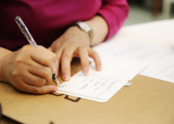 김 여사가 원내대표들에게 전할 손편지를 쓰고 있다. 청와대 제공
