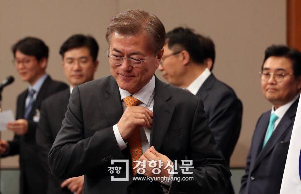 문재인 대통령이 19일 청와대 춘추관에서 김이수 헌법재판소장 지명을 발표하기 위해 연단 앞으로 걸어가고 있다. 서성일 기자 centing@kyunghyang.com