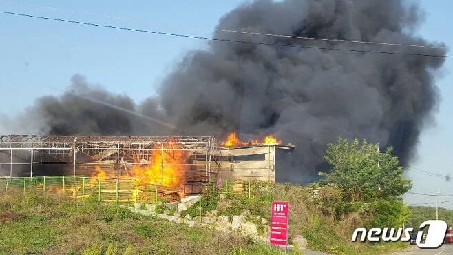 19일 오후 5시 40분께 충북 음성군 감곡면 상평리 한 목재가공공장에서 불이나 소방서추산 3억8000여만원의 재산피해를 내고 3시간여 만에 진화됐다.© News1