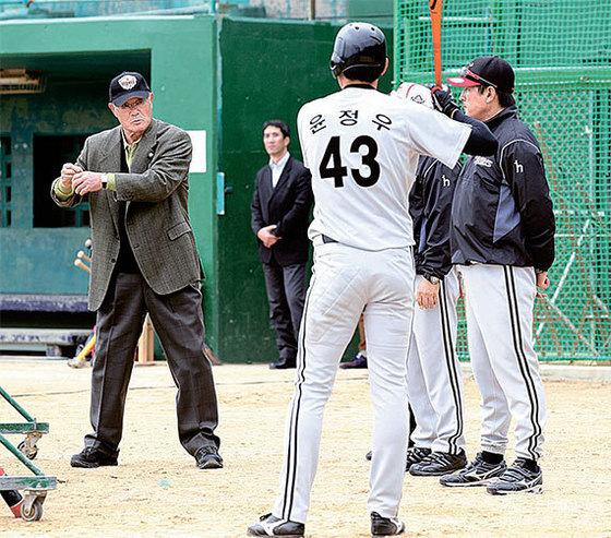 2012년 2월 장훈이 일본 오키나와에서 전지훈련 중인 LG 트윈스 선수들에게 원포인트 레슨을 하고 있다. [중앙포토]