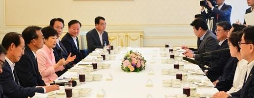 박근혜 전 대통령은 2016년 8월11일 청와대 인왕실에서 새누리당 이정현 당 대표등 신임 지도부와 오찬을 함께했다. /사진=뉴시스