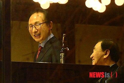 이명박 전 대통령이 2014년 12월 서울 신사동 한 식당에서 이재오 의원 등 측근들과 송년만찬을 하고 있다. 이날 메뉴는 미국산 쇠고기였다. /사진=뉴시스