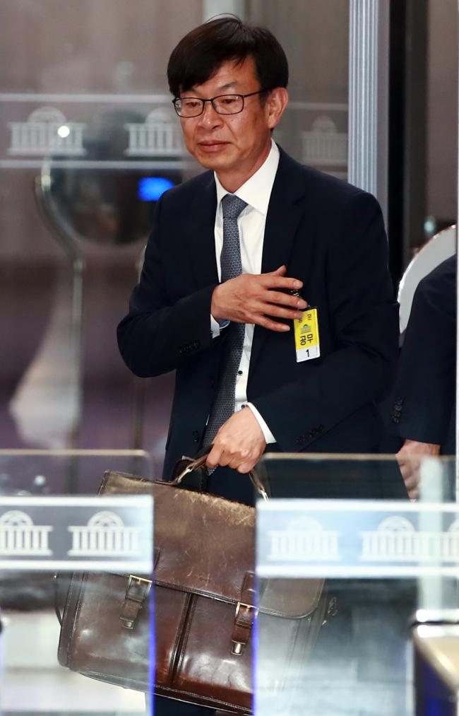 김상조 후보자가 대학원 다닐때 부터 갖고 다녔다는 가방을 들고 국회로 들어가고 있다.[사진제공=연합뉴스]