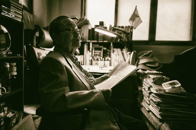 구순의 노기자 강창덕은 고문으로 조작된 '인혁당 재건위 사건'을 포함해 모두 7번의 투옥, 13년의 수감생활을 했다. 강창덕의 서재 겸 안방. 책 사이로 한반도기가 꽂혀 있다