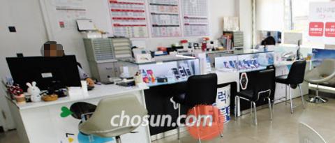 """지난 16일 고객 발길이 끊어진 서울 대학로의 한 휴대폰 판매점. 휴대폰판매점 단체인 전국이동통신유통협회는 최근 성명을 내고 """"통신비를 인하하면 통신 3사가 판매점에 주는 판매장려금이 줄어 판매점 1만 2000여곳이 문을 닫을 것""""이라고 주장했다. /성형주 기자"""