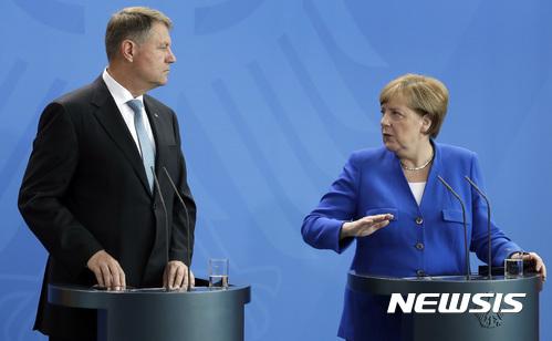 【베를린=AP/뉴시스】앙겔라 메르켈 독일 총리가 19일(현지시간) 베를린에서 클라우스 요하니스 루마니아 대통령과 회담 후 공동 기자회견을 하고 있다. 2017.06.19