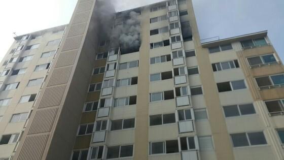 지난 21일 경기도 의정부 시내 한 아파트에서 발생한 화재사건. 피의자 A씨는 우울증 등으로 정신과 치료를 받아왔다고 한다. [사진 의정부소방서]