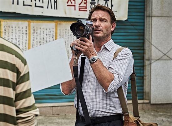 영화 <택시운전사>에서 위르겐 힌츠페터 기자를 연기한 배우 토마스 크레취만. 사진 = <택시운전사> 스틸컷