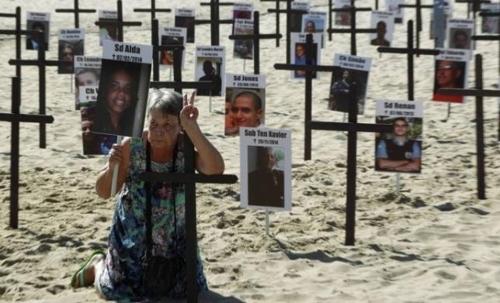 괴한들의 총격을 받아 숨진 경찰관들을 애도하고 폭력에 반대하는 퍼포먼스가 리우 해변에서 벌어졌다.[브라질 일간지 글로부]