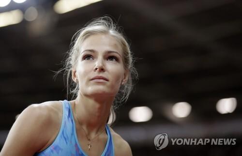 (런던 AP=연합뉴스) 러시아 멀리뛰기 다리야 클리시나가 12일(한국시간) 런던 올림픽 스타디움에서 열린 여자 멀리뛰기 결승에서 기록을 확인한 뒤 살며시 웃고 있다.