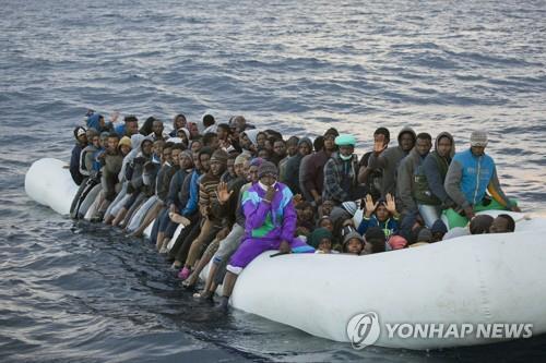지중해에서 구조를 기다리는 난민들 [AP=연합뉴스]